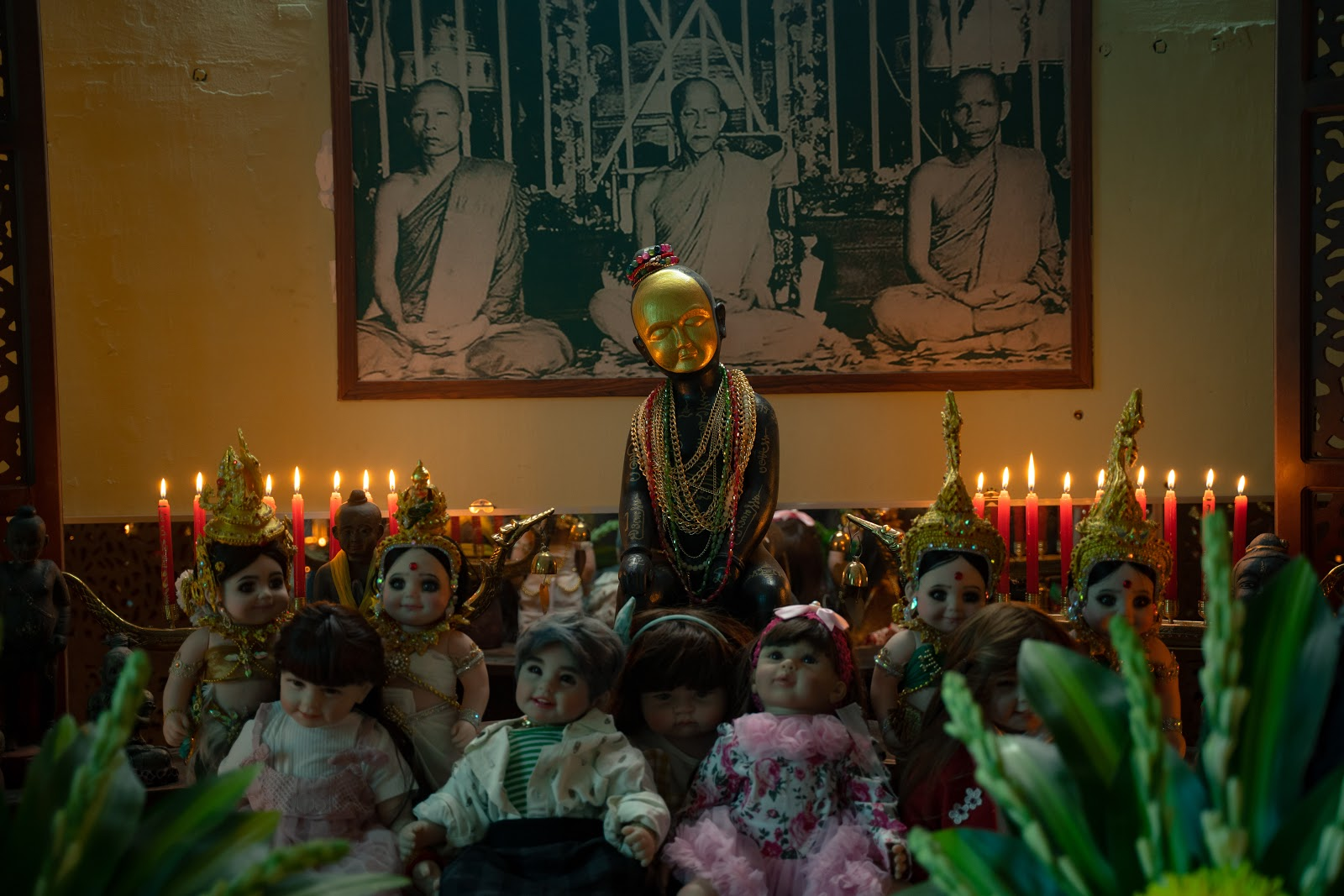 Rợn da gà bối cảnh vẽ bùa, làm phép búp bê Kumanthong trong phim kinh dị tâm linh Thiên thần hộ mệnh - Hình 2