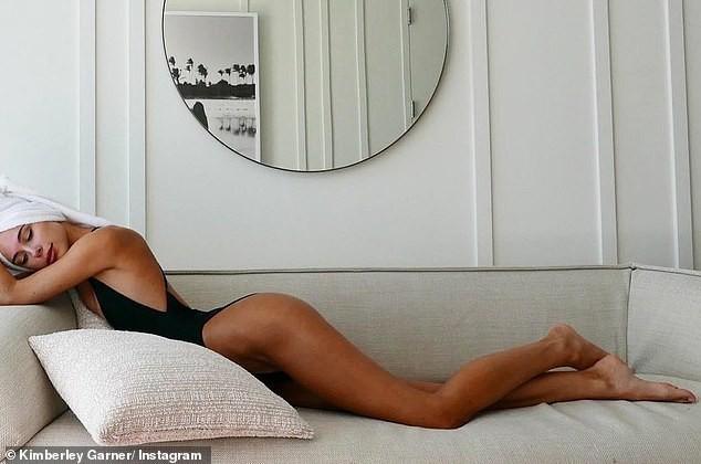 Kimberley Garner khoe dáng cực nóng bỏng với áo tắm khiến cánh mày râu chao đảo - Hình 3