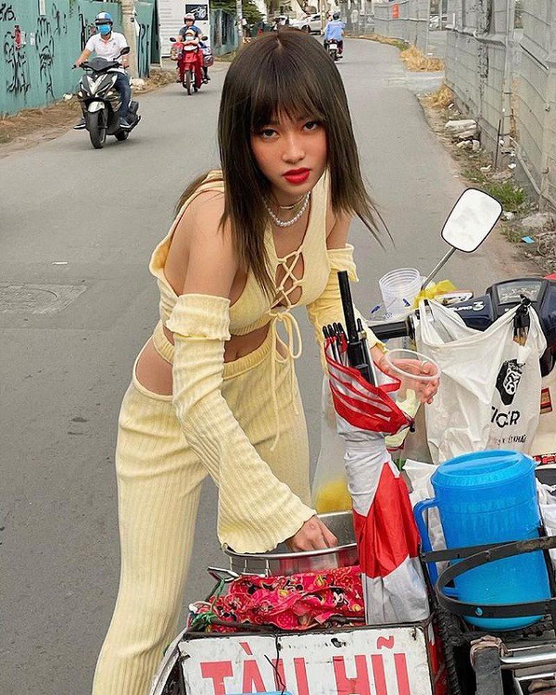 Mặc áo kín không lối thoát, hotgirl 10X phanh cúc ngực cực sexy - Hình 4
