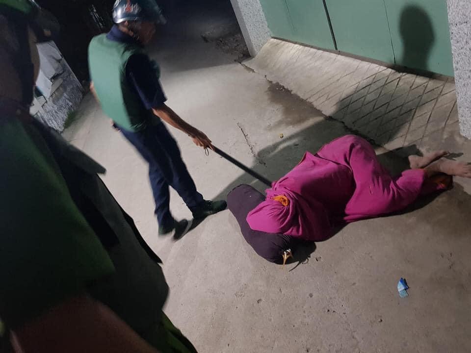Nhậu nhẹt nên bị vợ đuổi ra ngoài, người đàn ông quấn chăn nằm bất động trên đường khiến công an cũng tá hỏa - Hình 1