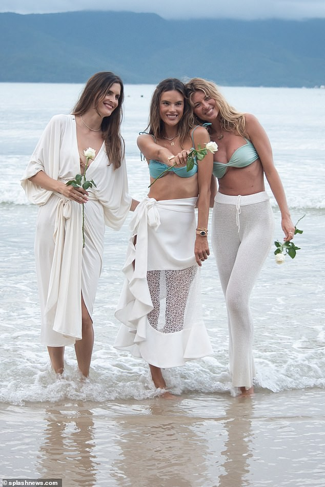Siêu mẫu Alessandra Ambrosio xinh đẹp gợi cảm khó rời mắt - Hình 8