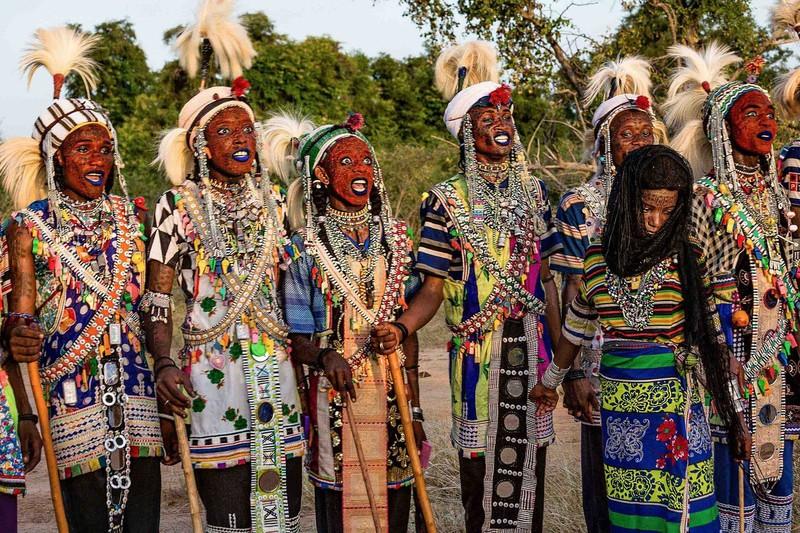 Độc đáo bộ tộc nơi nam giới mê trang điểm hơn phụ nữ - Hình 9