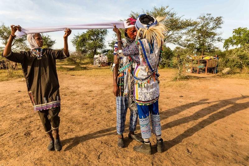 Độc đáo bộ tộc nơi nam giới mê trang điểm hơn phụ nữ - Hình 8