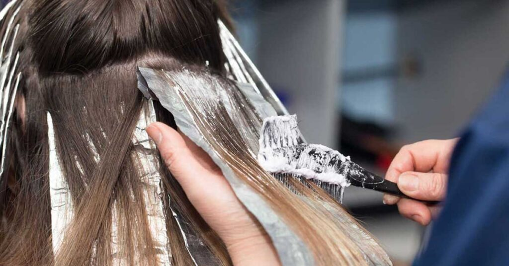 Nếu không muốn sưng nề, chảy dịch da đầu sau nhuộm tóc, chị em nhớ những điều này - Hình 1