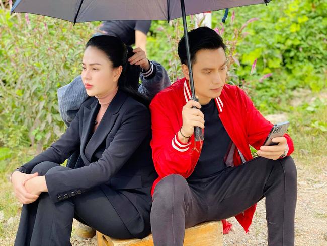 Hướng dương ngược nắng: Lộ cảnh siêu lãng mạn nhưng hứa hẹn tận cùng đau khổ của Minh - Hoàng dưới cơn mưa - Hình 1