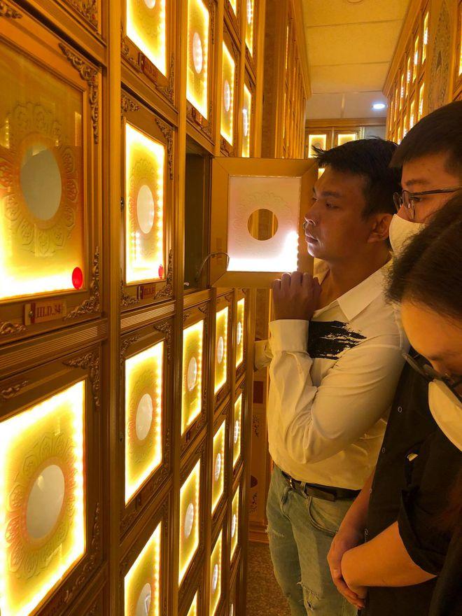 Sao Việt bật khóc đến chùa viếng 'phù thủy trang điểm' Minh Lộc - Hình 5
