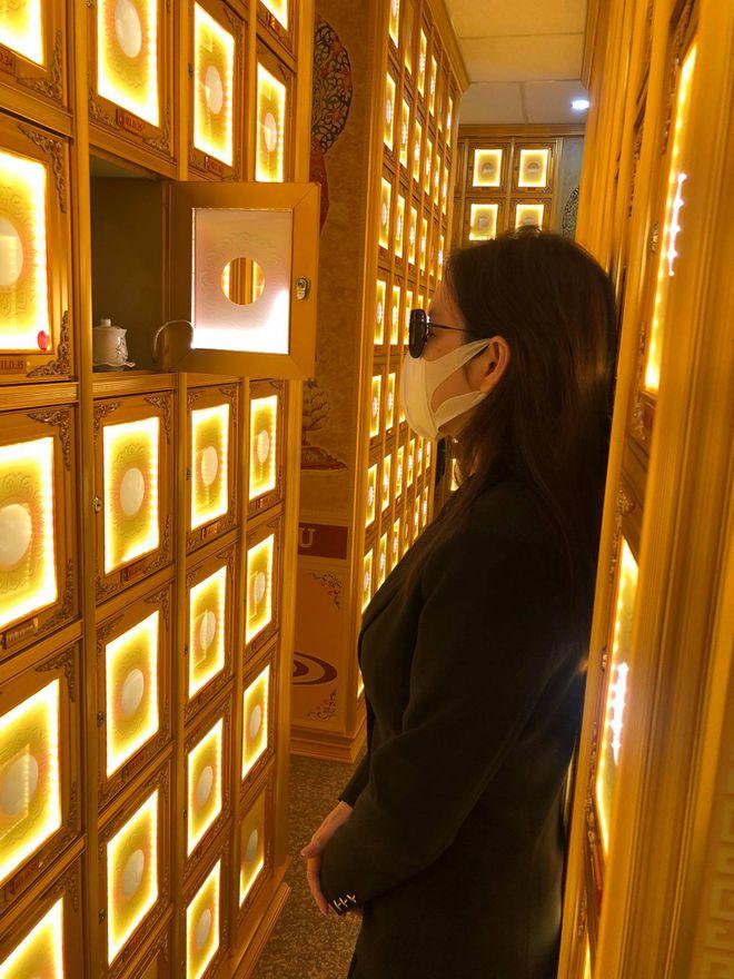 Sao Việt bật khóc đến chùa viếng 'phù thủy trang điểm' Minh Lộc - Hình 4