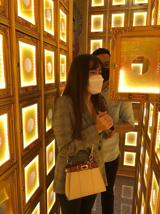 Sao Việt bật khóc đến chùa viếng 'phù thủy trang điểm' Minh Lộc - Hình 2