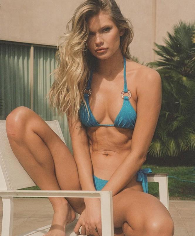 Chân dài 9x gốc Cuba nóng bỏng hoang dại với bikini - Hình 5