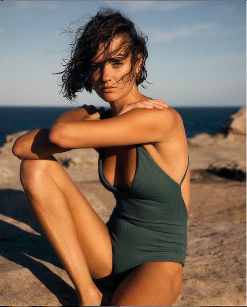 Mê mẩn ngắm body đẹp như tạc tượng của siêu mẫu Montana Cox với áo tắm - Hình 4