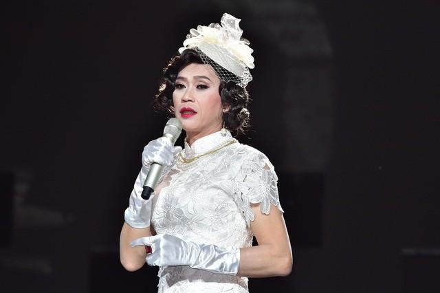Lâu lắm rồi NS Hoài Linh mới giả gái, thế này bảo sao được gọi là huyền thoại hiếm có của showbiz Việt! - Hình 1