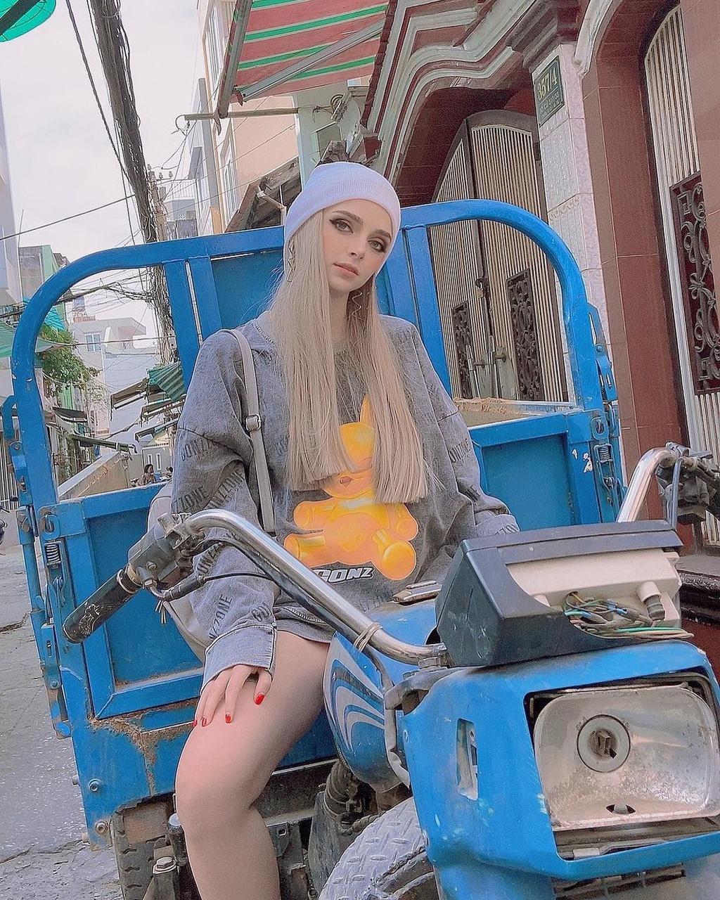 Người mẫu Ukraine thích mặc cổ phục Việt - Hình 12