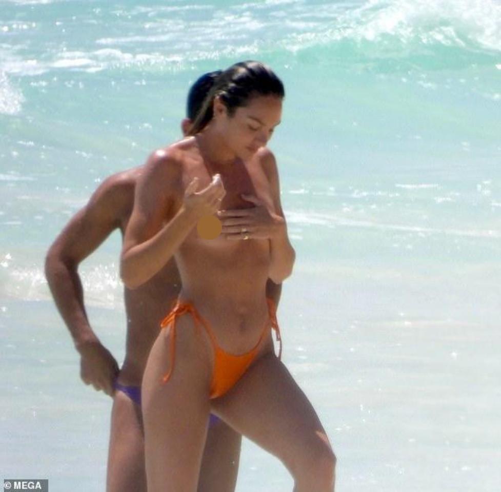 Thiên thần nội y Candice Swanepoel để ngực trần tắm biển bên bạn trai - Hình 1