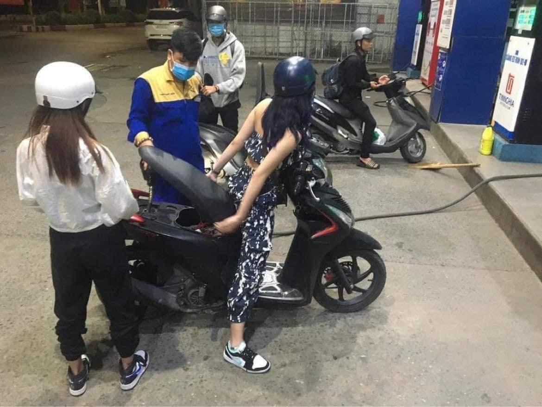 Màn đổ xăng lười biếng gây tranh cãi của cô gái trẻ: Không bước xuống xe mà ngồi mũi yên để nhân viên đổ - Hình 2