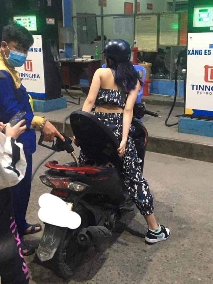 Màn đổ xăng lười biếng gây tranh cãi của cô gái trẻ: Không bước xuống xe mà ngồi mũi yên để nhân viên đổ - Hình 1