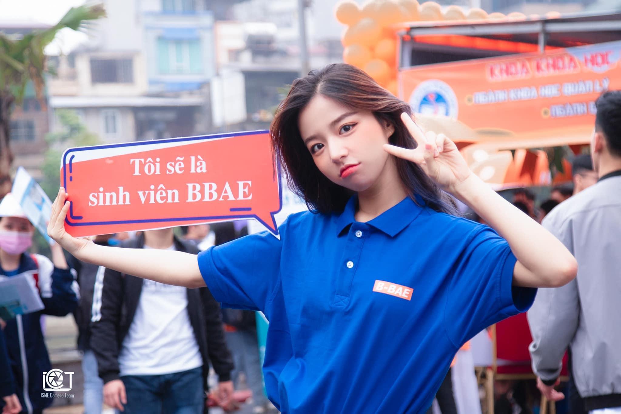 Nữ sinh đại học Kinh tế Quốc dân nổi bật trong ngày hội tuyển sinh - Hình 1