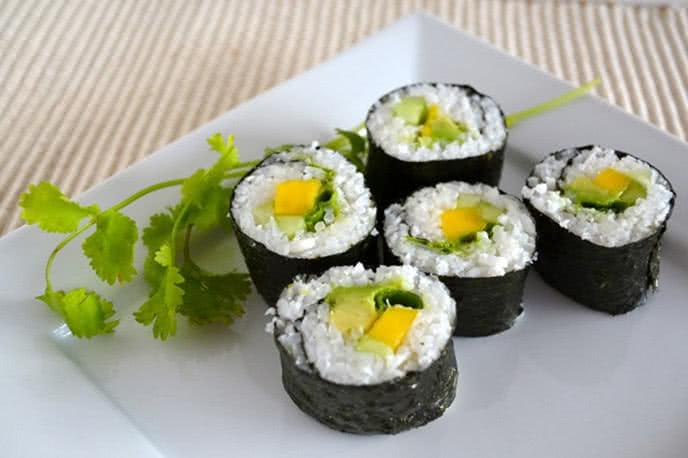 Cách làm sushi rau củ chấm sốt bơ cực ngon tại nhà