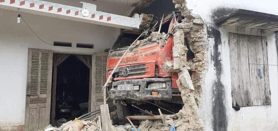Ô tô tải đâm xuyên qua vườn, qua tường nhà dân - hiện trường khiến tất cả hoảng sợ - Hình 2