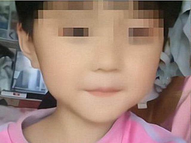 Ngày đám tang bé gái 5 tuổi, tên hàng xóm hiếp dâm, bóp cổ bé tới chết còn cùng vợ đến thắp nhang - Hình 1