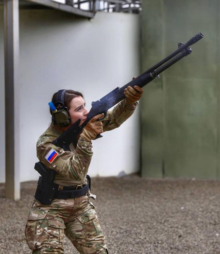 Soi sắc vóc tựa búp bê sống của thiên thần quân đội Nga - Hình 3