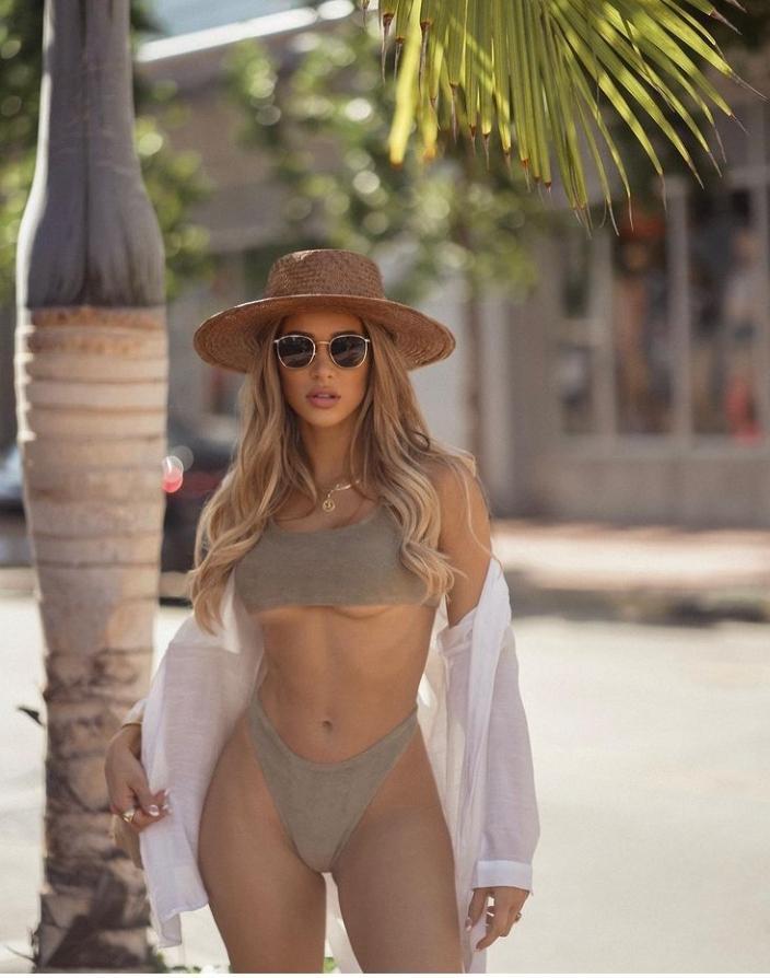 Cindy Prado lộ chân ngực với áo tắm cực nóng bỏng - Hình 2