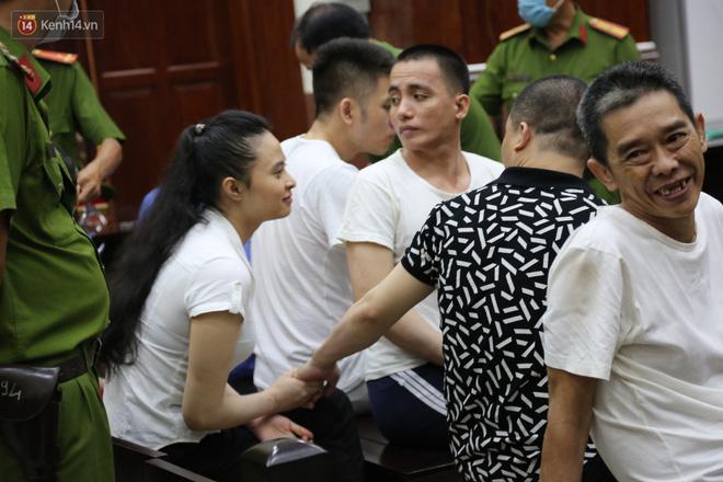 ẢNH: Ông trùm ma túy Văn Kính Dương và người tình Ngọc Miu tay nắm chặt tay, hôn nhau thắm thiết trước giờ tuyên án - Hình 7