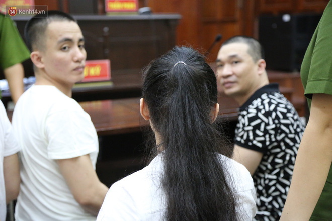 ẢNH: Ông trùm ma túy Văn Kính Dương và người tình Ngọc Miu tay nắm chặt tay, hôn nhau thắm thiết trước giờ tuyên án - Hình 6