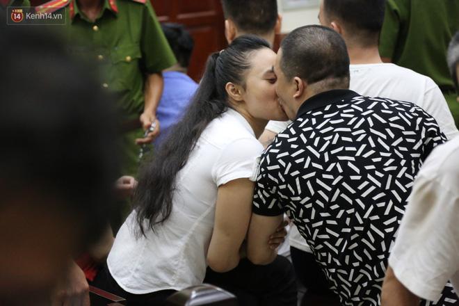 ẢNH: Ông trùm ma túy Văn Kính Dương và người tình Ngọc Miu tay nắm chặt tay, hôn nhau thắm thiết trước giờ tuyên án - Hình 2