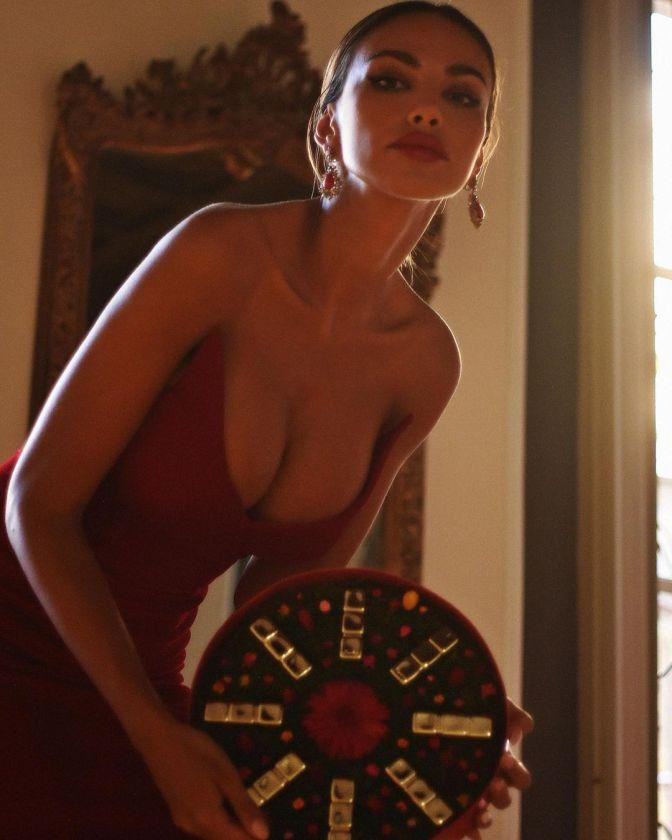 Vẻ nóng bỏng nghẹt thở của nàng mẫu Romani đẹp nghiêng nước nghiêng thành - Hình 9