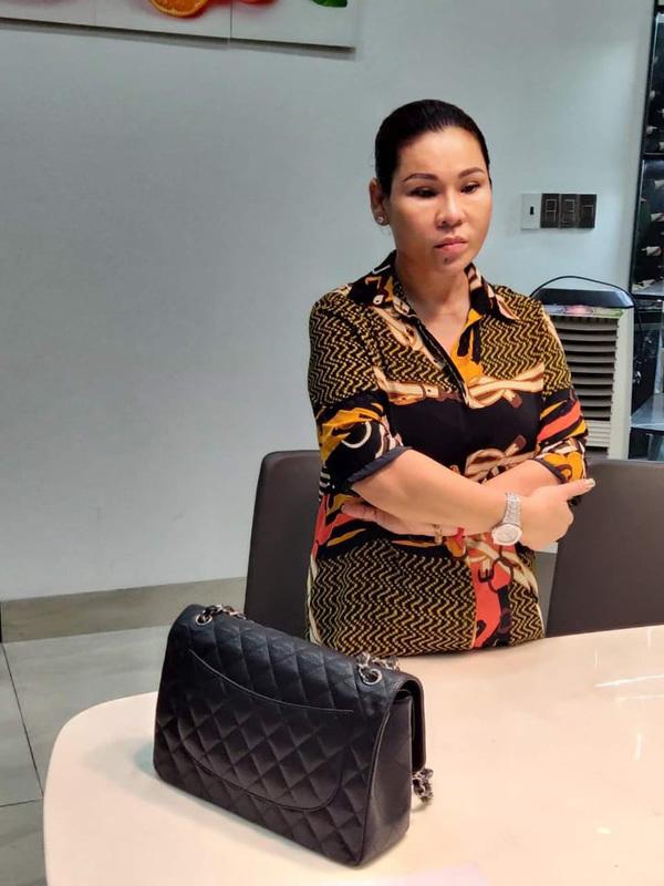 Kinh Quốc từng bị chỉ trích vì xài tiền phản cảm trước khi vợ bị bắt - Hình 1