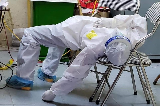 Bắc Ninh: 101 ca dương tính, nhân viên y tế kiệt sức ngủ gục tại chỗ - Hình 2