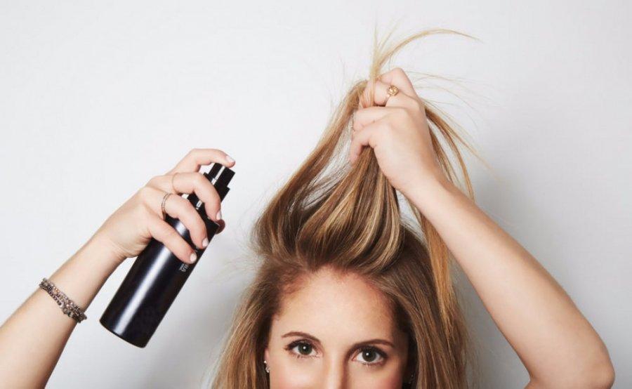 3 mẹo đơn giản dùng dầu gội khô hiệu quả, tránh làm tóc chẻ ngọn hư hại - Hình 1