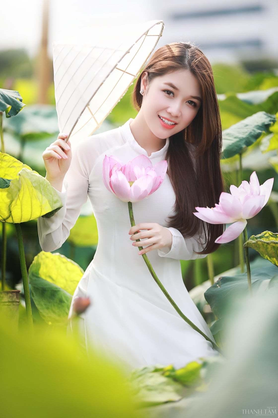 Chụp ảnh với hoa sen như các nàng thơ đang đốn tim cộng đồng mạng - Hình 4