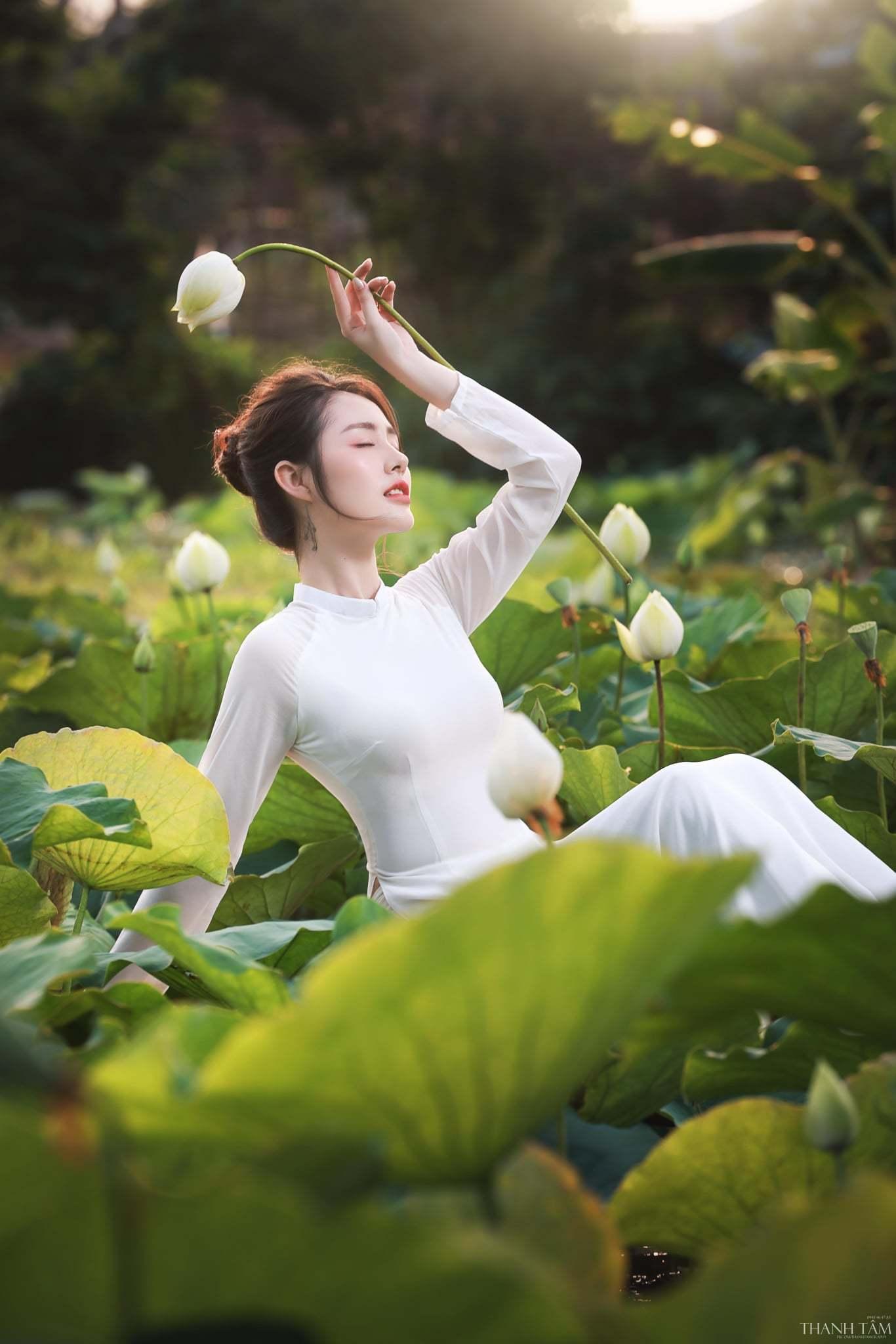 Chụp ảnh với hoa sen như các nàng thơ đang đốn tim cộng đồng mạng - Hình 10