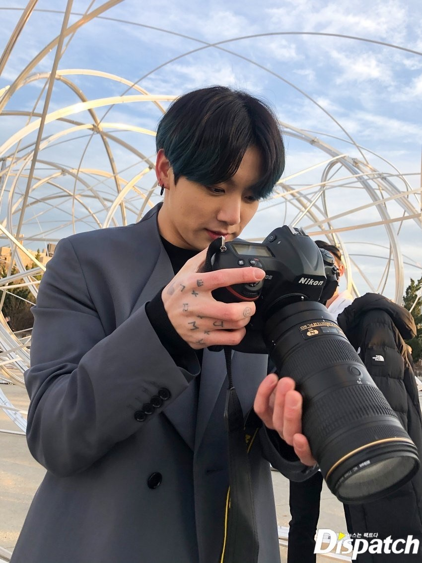 Jungkook (BTS) cảm thấy áp lực vì được gọi là em út vàng - Hình 4