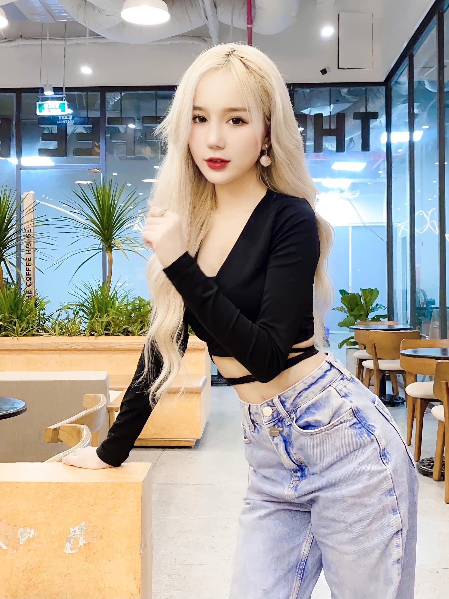 Nữ streamer tóc bạch kim lộ body, netizen hết lời khen ngợi - Hình 6
