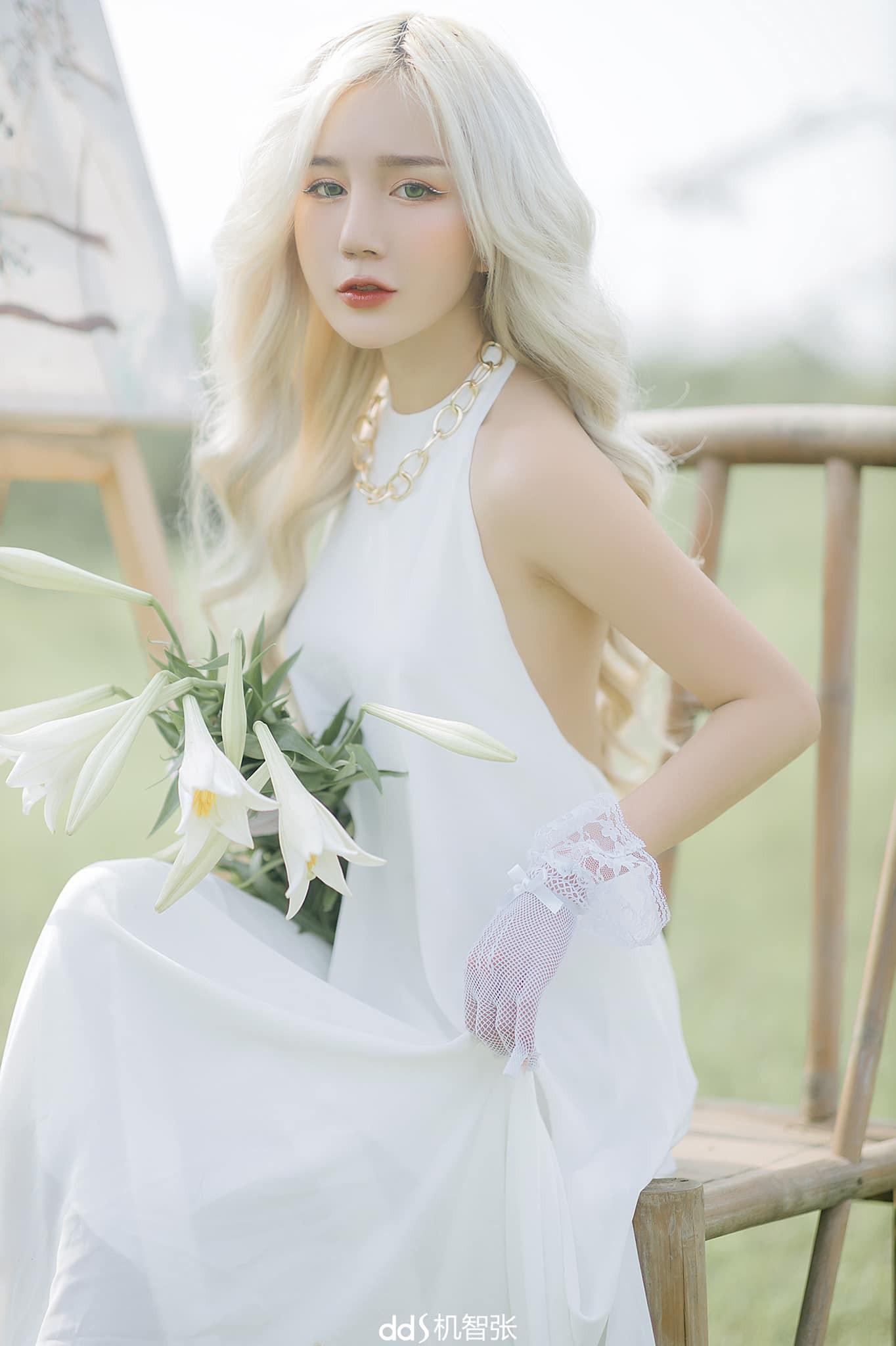 Nữ streamer tóc bạch kim lộ body, netizen hết lời khen ngợi - Hình 1