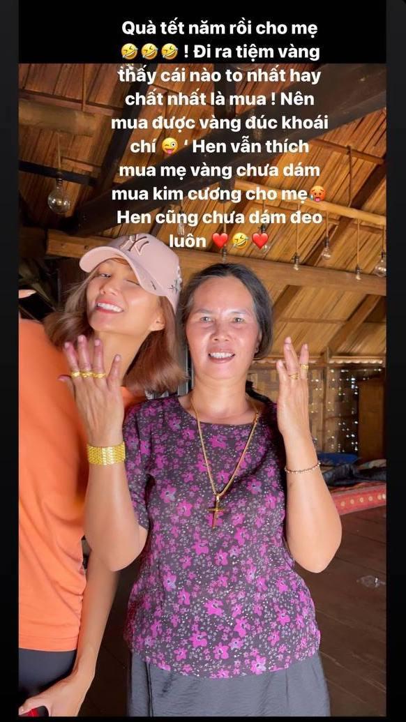 HHen Niê mua vàng cho mẹ: Ra tiệm thấy cái to nhất là mua, nhìn thành quả trên tay mẹ nàng hậu mà muốn đỡ gánh nặng thay - Hình 1