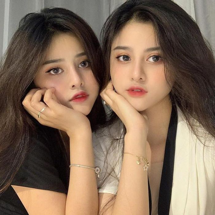 Cặp chị em sinh đôi Sài thành chiếm sóng MXH vì quá đẹp - Hình 1