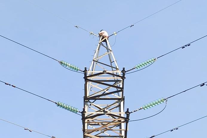 Đang giải cứu người phụ nữ trên cột điện cao thế ở TP Thủ Đức - Hình 1