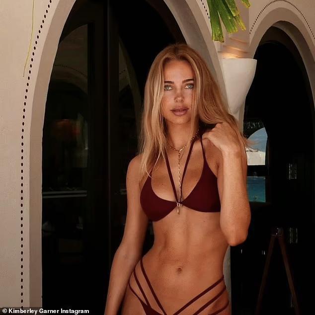Mẫu nội y Kimberley Garner phô body cực phẩm với bikini bé xíu - Hình 4