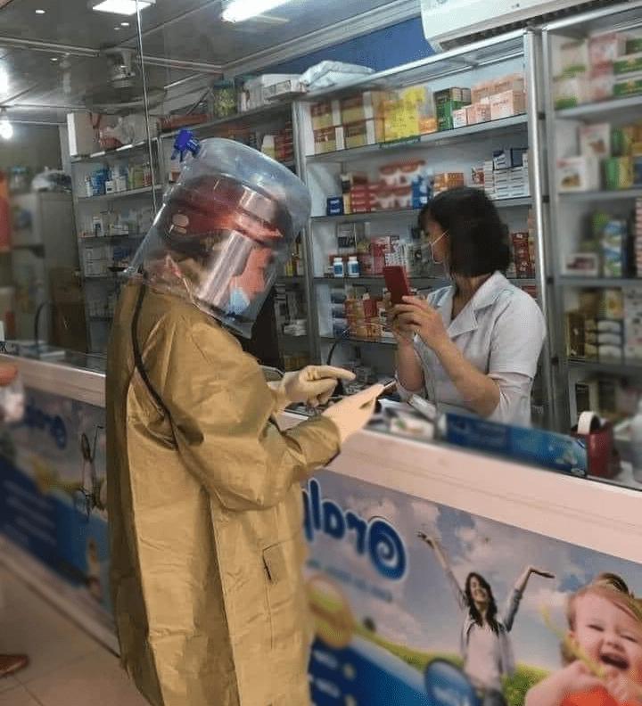 Người đàn ông chống dịch phong cách ninja, lấy cả vỏ thùng nước làm mũ - Hình 1