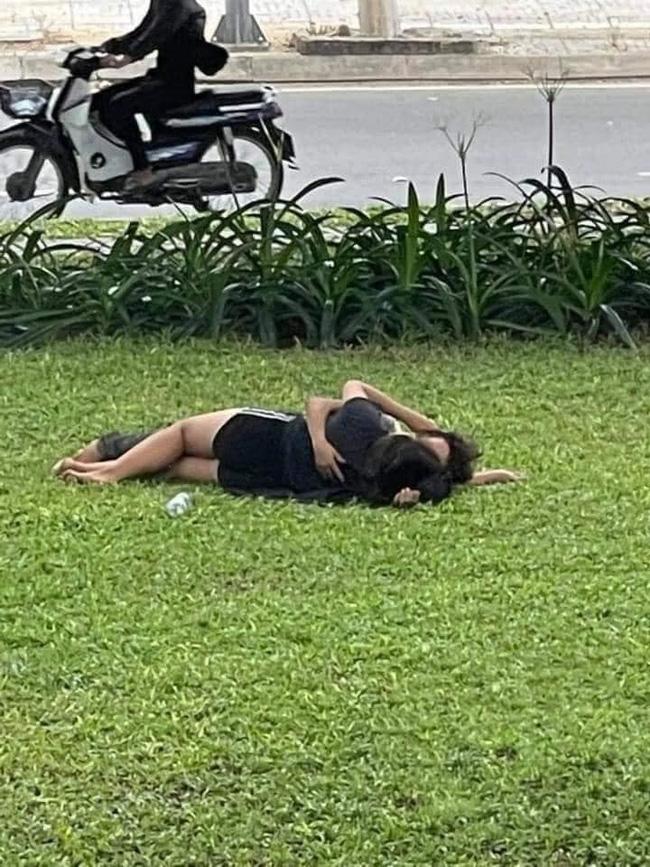 Vô tư nằm ôm ấp nhau giữa bãi cỏ nơi công cộng, cặp đôi khiến cư dân mạng phẫn nộ chỉ trích - Hình 2