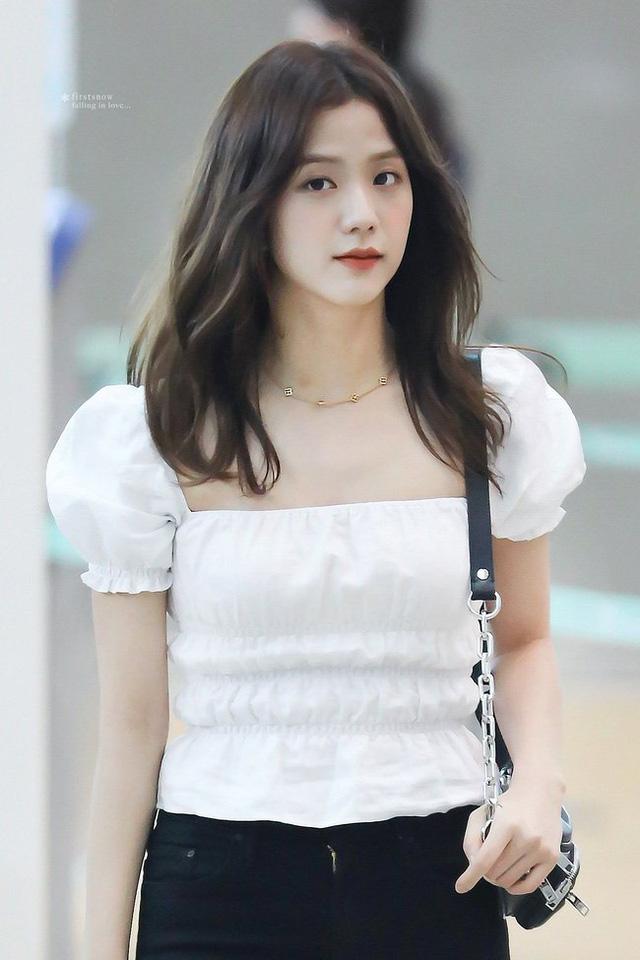 3 kiểu áo blouse trắng lên ngôi hè 2021, kiểu thứ nhất nàng công sở nào cũng mê mệt vì nữ tính và kiêu sa - Hình 1