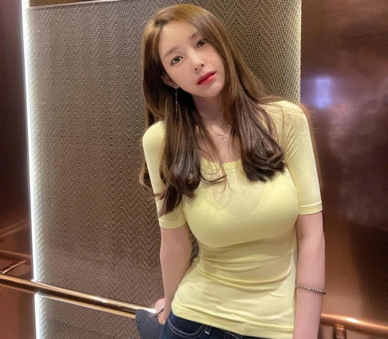 Nữ tác giả truyện tranh thích diện áo thun bó sát vòng một khủng - Hình 5