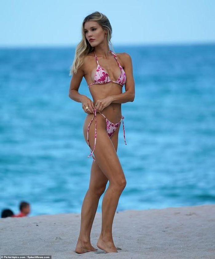 Chân dài 9x phô thân hình nóng bỏng với bikini - Hình 12