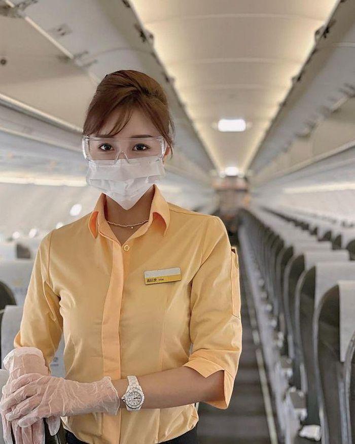 Nữ tiếp viên hàng không dáng cực đẹp, diện đồ gợi cảm chất ngất - Hình 1