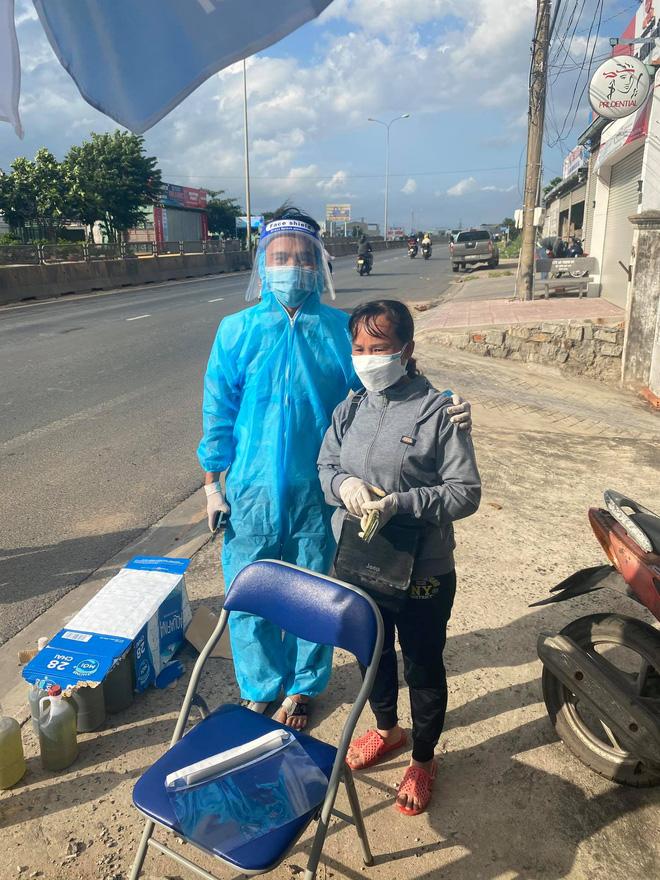 Danh tính người phụ nữ đi dép tổ ong, cầm xấp tiền hỗ trợ bà con chạy xe máy về quê tránh dịch - Hình 2