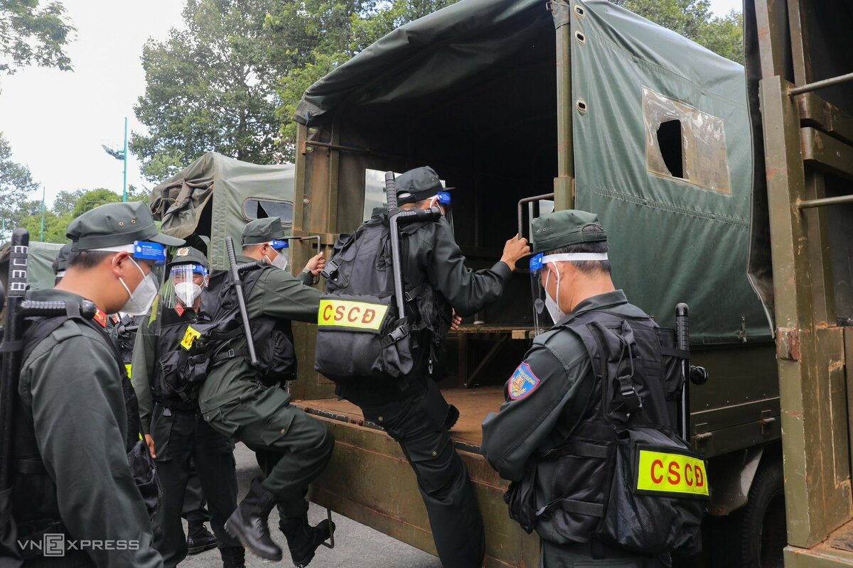 Hơn 300 cảnh sát cơ động kiểm soát 12 chốt cửa ngõ TP HCM - Hình 5
