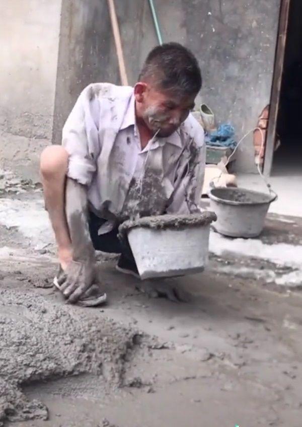 Hình ảnh xúc động: Người thợ hồ dùng miệng xách vữa để mưu sinh - Hình 4
